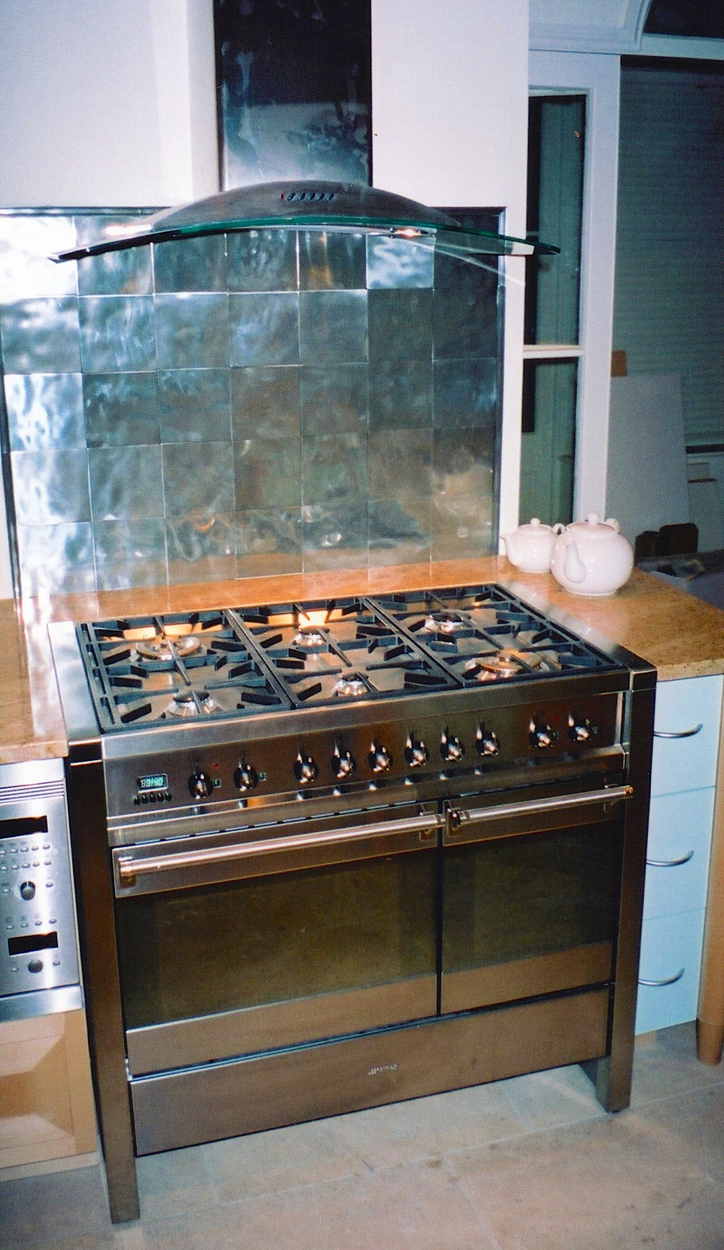 Cooker-With-Hammered-Stainless-Steel-Wall-Tiles
